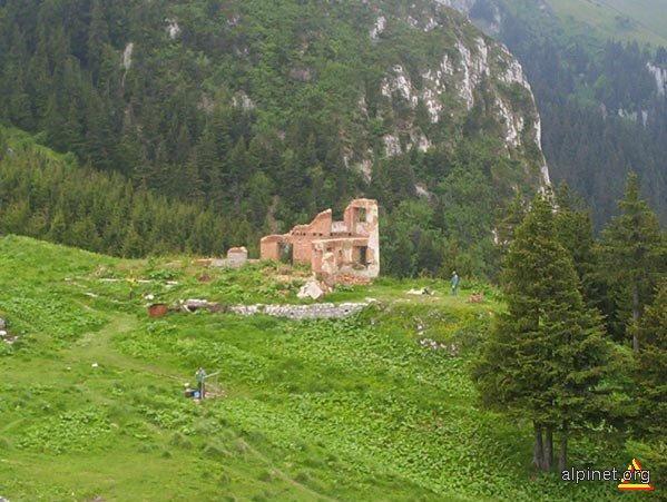 Ruinele fostei cabane Piatra Mare