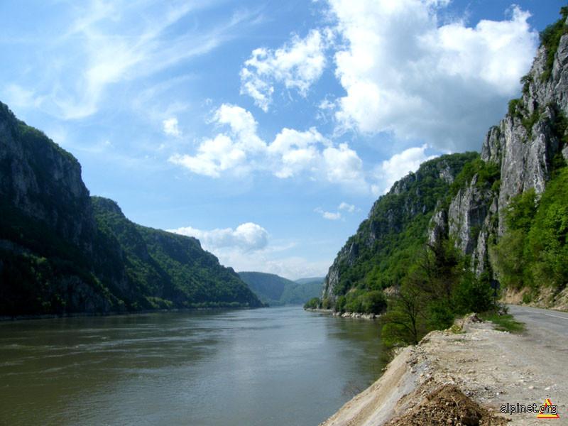 Acolo unde Dunărea întâlneşte munţii