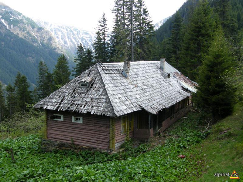 Cea mai veche cabană din Făgăraş lăsată pradă degradării