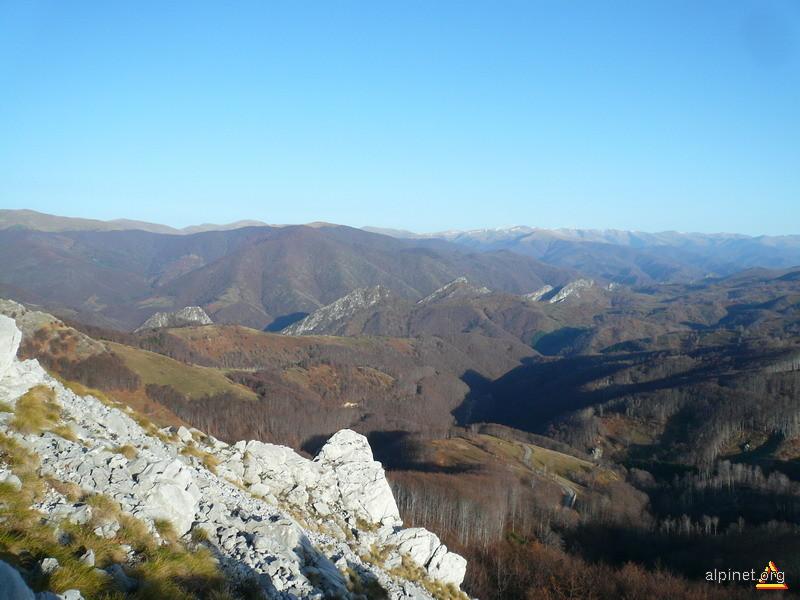 O privire de pe creasta spre Valea si M-tii Cernei
