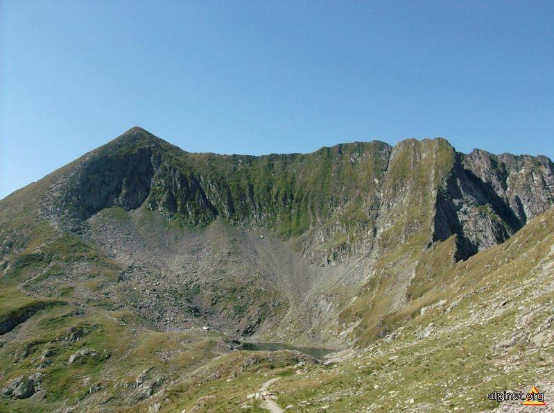 Vf Mircii (2467 m alt.) şi căldarea cu lacul Podul Giurgiului