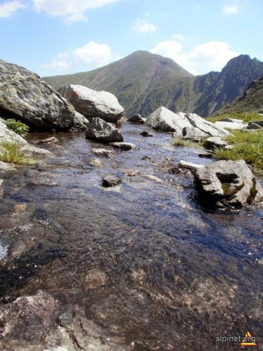 Vf Scara vazut din caldarea Lacului Avrig