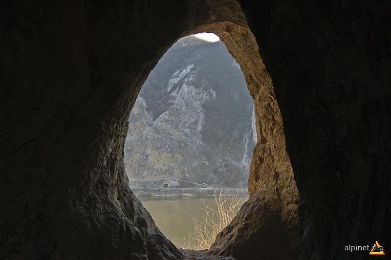 Malul sârbesc al Dunării văzut din peştera Gaura cu Muscă