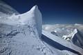 Mont Blanc. Gouter route. Formatiune de ghiata in drum spre varf.  Muchia Bionnassay in planul 2.