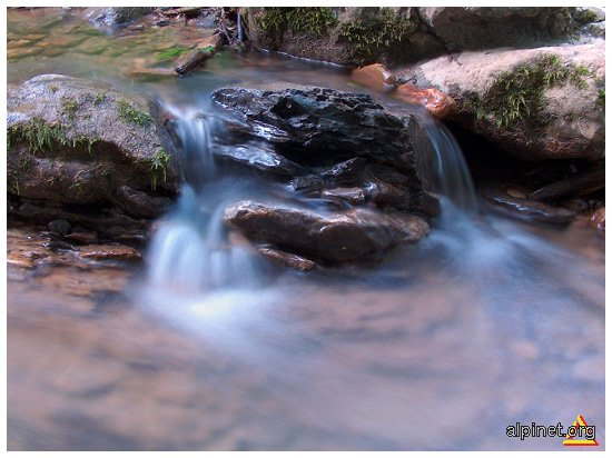 apa trece, pietrele ramân