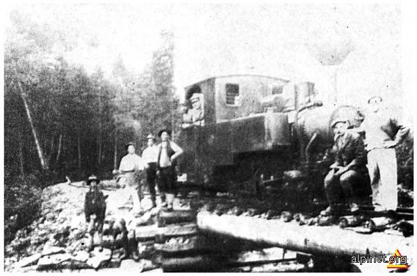 Pentru amatorii de arhivă: Mocăniţa care trăgea vagonetele cu lemn între Bolboci şi Peştera, prin Cheile Tătarului.