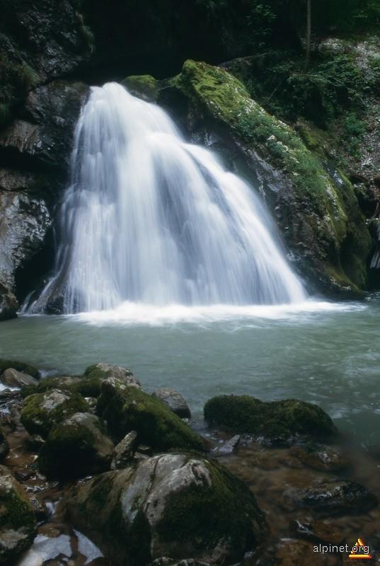 Cascada in Cheile Galbenei