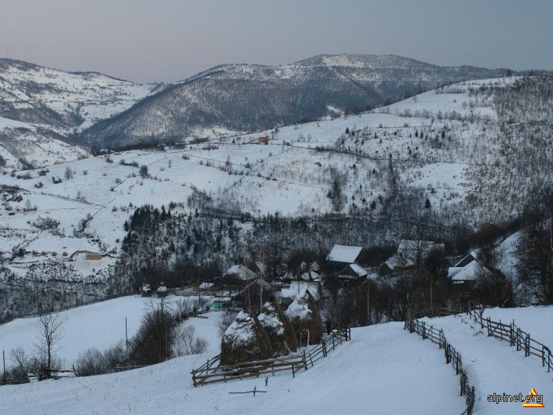 Vedere din satul Arsuri, spre Mănăstirea Muntele Rece