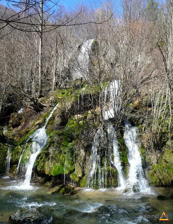Cascada pe Valea Minisului, in apropiere de Pestera de la Captare