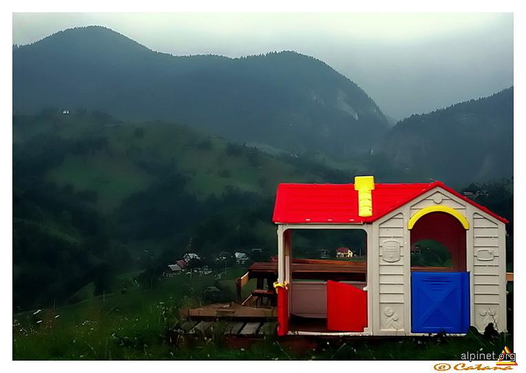 Intr-o zi, la poale de Crai, era un sat, o toamnă, ceaţa pe uliţe şi era şi-o casuţă... căsuţa din poveste