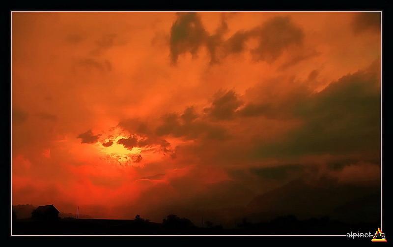 Sub un cer uitat de ea, langa-un colt uitat de-el, ca-ntr-un clocot ce ardea, soarele-apunea la fel...