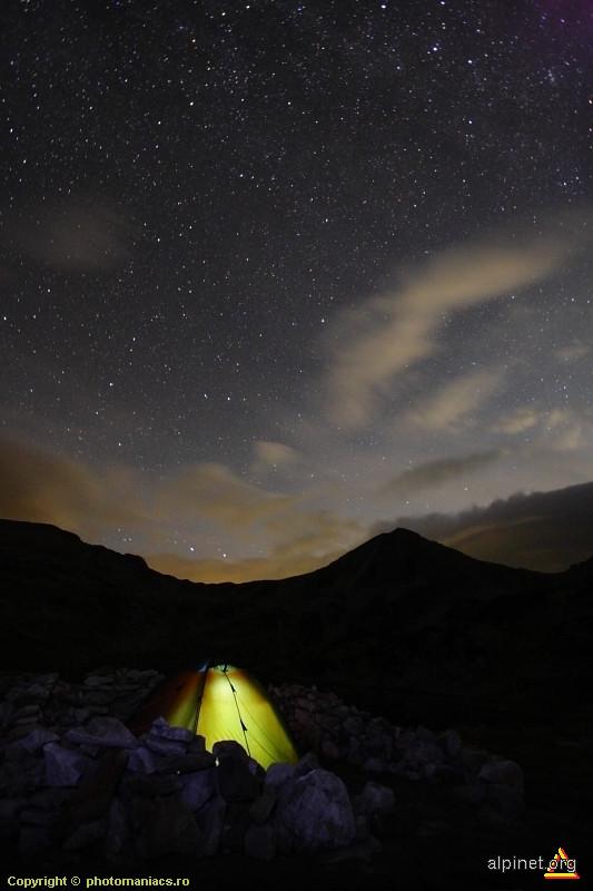 Sub stele in mijlocul muntelui