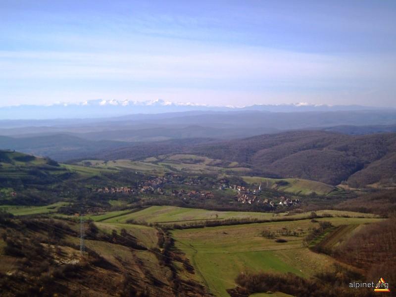 Vedere de pe vârful Piatra Coziei spre satul Cozia