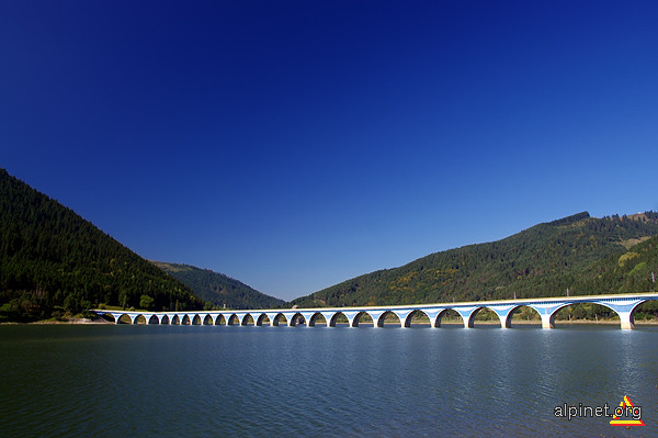 viaductul Poiana Teiului si lacul Izvorul Muntelui