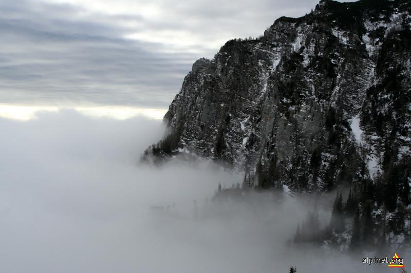 între nori