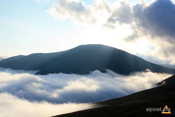 Mohoru deasupra norilor