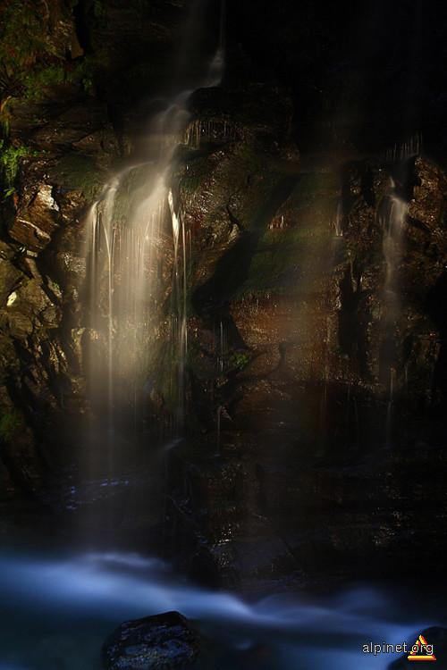 Cascada noaptea