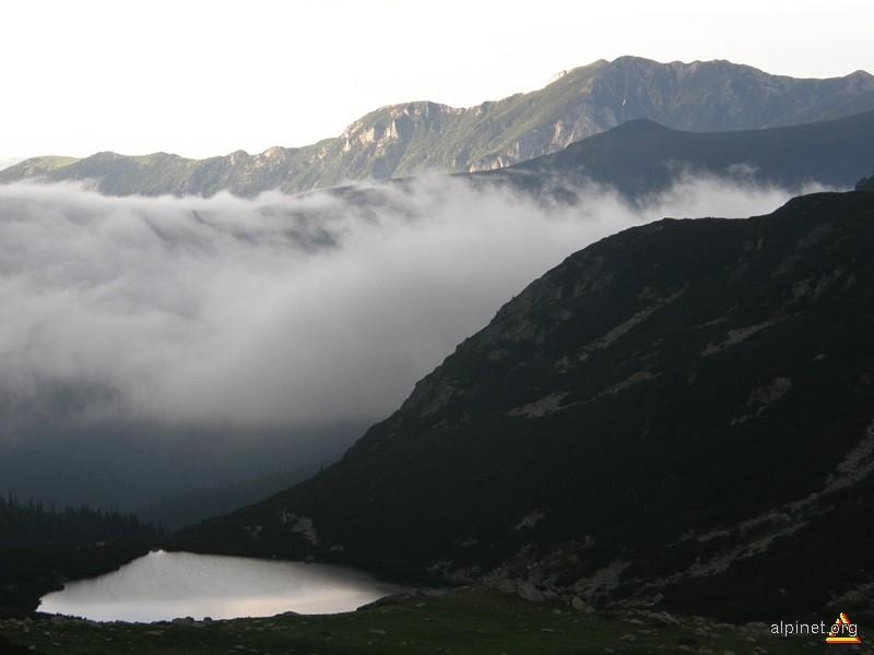 Lacul Lia în ceața dimineții
