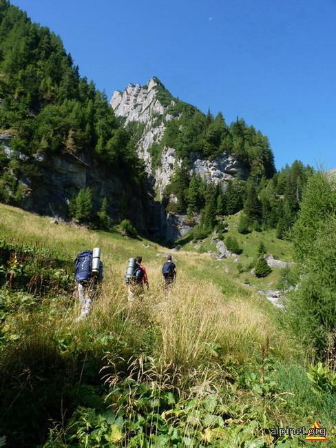 Pe Valea Cerbului, aproape de Valea Priponului,(care se si vede)