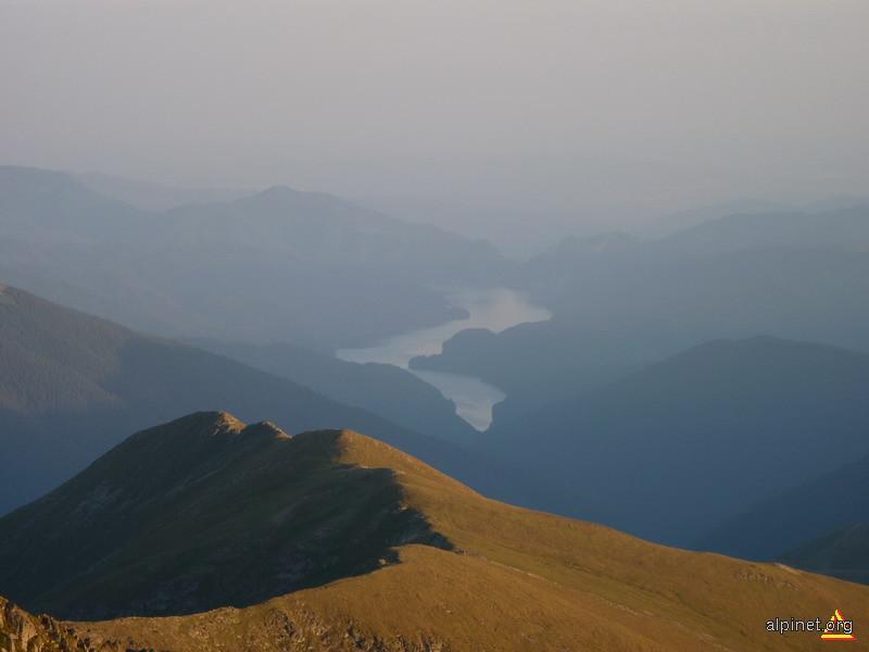 Lacul Vidraru vazut de sub Vf. Negoiu